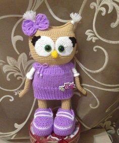 Вязаная игрушка сова в кедах