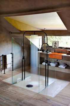 kreative und tolle Badezimmergestaltung mit Dusche im Zentrum
