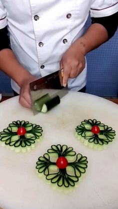 Easy Food Art, Creative Food Art, Diy Food, Amazing Food Decoration, Amazing Food Art, Food Sculpture, Fruit And Vegetable Carving, Food Carving, Food Garnishes
