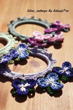 スミレのモチーフを使った編みシュシュです。 結えた時に花がつぶれないように、重ねを考慮して片側だけに花を咲かせました。