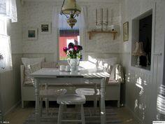 koloni,kolonistuga,kolonilott,efterbilder,hall,farstu,matrum,lantligt,romantiskt,matbord,stolar,lampa,pall