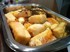Bacalhau confitado no azeite - http://www.receitasbrasileiraseportuguesas.com/bacalhau-confitado-no-azeite/