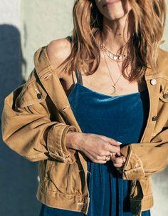 Blouson en jean camel + robe en velours ras bleu pétrole = le bon mix (photo Kiara Schwartz)