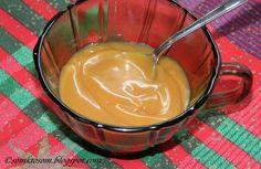 Rychlá a jednoduchá karamelová poleva | 300 gcukr krupice 200 gsmetana na šlehání 125 gmásla Do vyššího hrnce dám cukr a nechám ho pomaličku za občasného míchání zkaramelizovat (dejte pozor, abyste ho neměli příliš tmavý). Do zkaramelizovaného cukru přidám máslo a stále míchám na mírném ohni, dokud se máslo nerozpustí. Přilijeme smetanu, začne to pořádně bublat, pozor na opaření. Pravděpodobně se vám udělají bulky, ale to nevadí, třeba to dál trpělivě míchat na velmi mírném ohni,