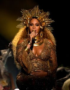 Beyonce Grammys Celebs & Fans React to Performance! Beyonce is breaking the Internet once again - this time at the 2017 Grammys! The entertainer took the stage looking like the goddess she is and performed… Roberto Cavalli, Beauty Editorial, Editorial Fashion, Raquel Strada, Editorial Photography, Fashion Photography, Photography Magazine, Beyonce Performance, Performance Makeup