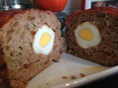 Gehaktbrood 1 kg rundergehakt 3 uien in stukjes en bruin bakken in beetje olijfolie             2 eetlepels mosterd, peper naar smaak 2 eieren,4 gekookte eieren,paneermeel,plakjes ontbijtspek  gehakt mengen met mosterd, eieren, mosterd, gebakken uien, peper, peterselie en paneermeel. Helft van gehaktmengsel in bakblik, gekookte eieren erop,rest van gehakt erop, plakjes ontbijtspek erop.   Oven voorwerwarmen op 180 graden. Gehaktbrood ongeveer één uur bakken.