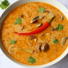 Thaise Tom Kha Gai soep - Lot of Taste Spicy Recipes, Soup Recipes, Soup For The Soul, Indonesian Food, Thai Red Curry, Clean Eating, Menu, Pasta, Lunch