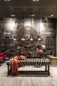 Salon avec carrelage bois céramique Napami - Fabuloft - Cersaie 2015 Novoceram - #WeLoftYou #salon #zebre #bois #verrière #ceramique #lampe #carrelage #parquet #plancher http://www.novoceram.fr/blog/scenographies/fabuloft