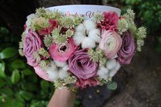 Cutie cu flori  #flowers #box #flowersbox #flowersinabox #gift #sayitwithflowers #madewithjoy #madewithlove #paulamoldovan #livadacuvisini #flori #evenimente #candybar #bucuresti ##bucharest #florist #ranunculus #astrantia #roses #eustoma #white #cotton #bumbac #cutie #flori #cutiecuflori #floriincutie #cutieflori Astrantia, Flower Quotes, Ranunculus, Floral Wreath, Wreaths, Bucharest, White Cotton, Flowers, Roses