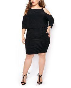 Adoptez la tendance du moment avec cette robe à épaules dénudées! Ses fronces aux côtés et sa taille élastique avantageront votre silhouette. À porter avec des talons hauts et des accessoires scintillants pour une sortie en soirée!