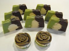 pilleszappan: After eight (csokis menta) szappan Homemade Business, Swirl Design, Swirls, Candy, Chocolate, Diy, Bath Bomb, Soaps, Mint
