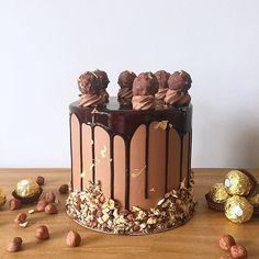 Y cerramos la semana y abrilll (que rápido pasa el tiempooo) con esta mega torta • Ferrero Rocher •  Pedidos y consultas  contacto@kekukis.com.ar #ferrero #ferrerorocher #cake #drip #hazelnut #chocolate #kekukis #pastry