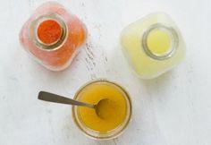 Aderezo Citrico - 1/3 taza de jugo recién exprimido de cítricos (de naranjas, limones, limas o pomelo). - 2-5 cucharadas de azúcar o miel. Si estás tratando de reducir el consumo de azúcar, agrega sólo 1 cucharada a la mezcla de jugo y aceite, hasta obtener un equilibrio que te guste. - 1/3 taza de aceite de oliva o de canola. - Si lo deseas, puedes agregar una o dos cucharaditas de semillas de amapola para generar un sabor extra.