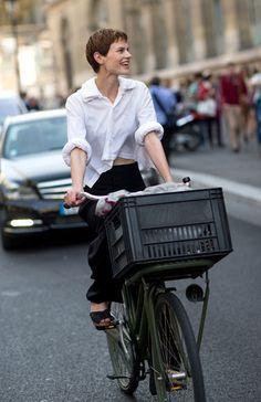 See the Street Style from Paris Fashion Week Spring Spring Street Style, Street Chic, Cycle Chic, Look Plus, Bicycle Girl, Estilo Retro, Bike Style, Fashion Articles, Models Off Duty