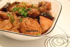 Kitchen Chaos: Braised Chicken with Mushrooms and Fried Tofu Puffs 香菇豆包焖鸡肉