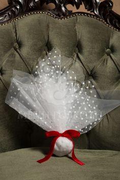 Χριστουγεννιάτικη μπομπονιέρα γάμου κλασική με τούλι λευκό πουα και βελούδινη κόκκινη κορδέλα Communion, Holi, Wedding Planning, Wedding Day, Baskets, Gifts, Fabrics, Weddings