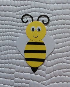 Apply bee made with scrap paper. For use in decoration . - Quick, Easy, Cheap and Free DIY Crafts Toddler Crafts, Crafts For Kids, Bumble Bee Birthday, Birthday Charts, Bug Crafts, Bee Party, Toilet Paper Roll Crafts, Montessori Activities, Bee Theme