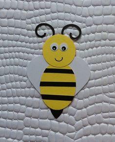 Aplique abelha confeccionado com papel de scrapbook.  Para utilizar na decoração de  forminhas, lembrancinhas, copinhos de doces,cupcakes, tubetes, decoração de festas e nos seus projetos de scrapbook. É só usar a imaginação.  Valor unitário. Dependendo da quantidade o prazo para confecção s...