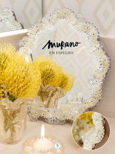 O espelho de Murano emnosso lavabo é trabalhado com ouro e cristais em detalhes preciosos.