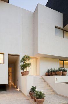 Nowoczesny ogródek przed nowoczesnym domem - zobacz jak zaprojektować niewielką zieleń, mini ogródek przed domem i zainspiruj się! Nawet taka zieleń niewielka zieleń przed domem wygląda bardzo stylowo - zapraszam do posta po pozostałe inspiracje!