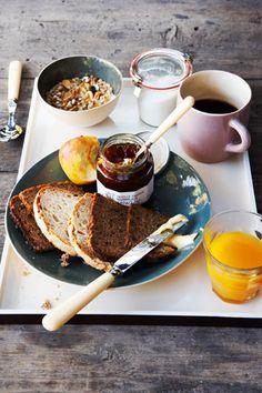 No me diréis que habéis salido de casa sin desayunar, ¿no? A ver si dando envidia solucionamos el de mañana…  ¡no os lo podéis perder! Cereales, pan, fruta y CAFEEEEEEEEeeeeee, ¡ ñam!
