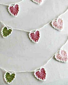 Easy Free Crochet String Of Hearts Pattern #CrochetValentines