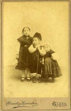 VESTIDOS DE ASTURIANOS. El traje regional en la colección fotográfica del Muséu del Pueblu d'Asturies (1860-2010) En el siglo XIX la burguesía europea crea el traje regional, que es una idealizació…