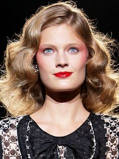Rosy eye shadow and red lips. This is new spring make-up inspiration for blondes. Warm wavy blonde is paired with poppy lip color for a fun and vibrant look for spring. Red Lipstick Makeup, Sexy Makeup, 80s Makeup, Pink Eyeshadow, Make Up Looks, Romantic Hairstyles, Cool Hairstyles, Vintage Curls, Vintage Waves