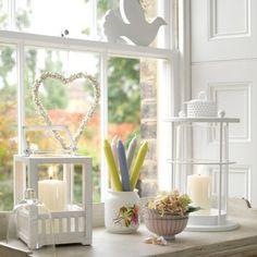weißes-wohnzimmer-mit-fensterdeko- taube und herz figuren - 27 interessante Vorschläge für Fensterdeko