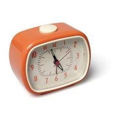 """Pour se lever de """"bon pied bon oeil"""" rien de tel qu'un joli réveil matin en bakélite au look rétro!  Sa couleur gourmande orange vous rappelera qu'il est l'heure de se presser un verre de jus d'orange frais.    Dimensions 11 x 9 x 6 cm. 13,50 € http://www.lafolleadresse.com/luminaires/76-réveil-matin-en-bakelite-orange.html"""