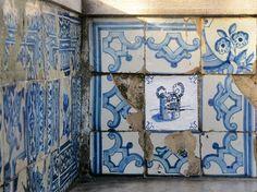 Ocupação Monarca - Lisboa n° II.26 | Miradouro de Santa Luzia - Alfama | Intervenção urbana | Lisboa - Portugal | 2016 | tinta acrílica sobre papel aplicados com cola de amido sobre parede azulejada  #OcupacaoMonarca #OcupaçãoMonarca #IntervencaoUrbana #ArteUrbana #Lisboa #Portugal #Azulejo #Azulejos #FiguraAvulsa #FábioCarvalho #FabioCarvalho #Lisbon #StreetArt #UrbanArt #repost #regram #azulejosdeportugal #azulejoportugues #azulejoportuguês #azulejosportugueses #tile #tiles #InstAzulejos…