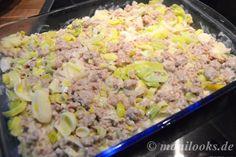 Heute gibt es Herzhaftes. Ein Kartoffel-Lauch-Auflauf mit Hackfleisch ist einfach in der Zubereitung und schmeckt herzhaft lecker. Ihr braucht: 800g Kartoffeln 2 Stangen Lauch 500g Hackfleisch 200g Frischkäse 350ml Gemüsebrühe Salz/Pfeffer Zuerst werden die Kartoffeln mit Schale im Topf...