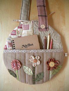 Bolsito organizador decorado con flores Round Flower Bag - pocket by PatchworkPottery, via Flickr