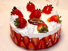 Receita de Bolo de Morango benjamin abrahão - bolo. Coloque a outra parte do pão-de-ló por cima, torne a umedecê-la com a calda. Cubra o bolo com o resto do chantili e decore com morangos...