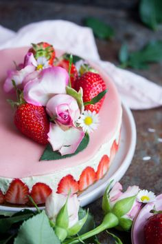 Fraisier vegan - Nora K. Patisserie Fine, Patisserie Vegan, French Patisserie, Vegan Cake, Vegan Desserts, Vegan Recipes, Entremet Recipe, Gateaux Vegan, French Desserts