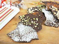 Schokolade selber machen ist ein süßes Geschenk für die Liebsten. Wir stellen ein Grundrezept vor, das Sie nach Herzenslust abwandeln können.