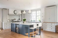 2016 style: The trend for grey kitchens - achica living Blue Kitchen Cabinets, Shaker Kitchen, Kitchen Units, Kitchen Themes, Kitchen Paint, Kitchen And Bath, New Kitchen, Kitchen Ideas, Kitchen Island