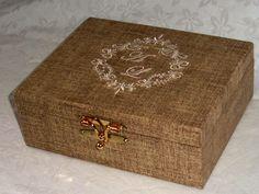Medidas> 20x16x7    Caixa MDF c/divisoria, forrada em tecido rustico, brasao dos noivos bordados.    Na parte interna da tampa. podera ser inserida mensagem e haverá um custo adicional de 4,00 (unidade).