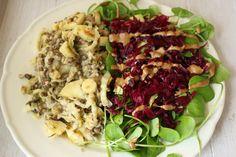 Das Abendessen von Judith klingt vielfältig: Links Wildreis mit grünen Linsen und Chicorée, rechts Postillion (oder Winter-Portulak) unter selbstgerechtem roten Sauerkraut und Avocado!