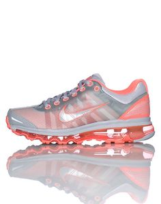 GIMME! NIKE Lace front closure Low top sneaker Contrasting colors Padded mesh tongue with logo Air Bubble sole design