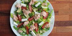 Den her salat med ovnbagt laks, dejlig feta og skønne tomater kan både udgøre frokost og aftensmad.