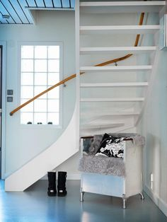 White stairs scandinavian entrance new Ideas Foyer Staircase, White Staircase, Entryway Stairs, Rustic Stairs, House Stairs, Carpet Stairs, Staircases, Diy Stair Railing, Stair Decor