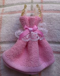Discover thousands of images about Arte En Toallas Figuras Hechas Con Toalla Y Jaboneras . Shower Bebe, Baby Shower, Kitchen Towel Cakes, Fun Crafts, Diy And Crafts, Towel Origami, Towel Animals, Rosalie, How To Fold Towels