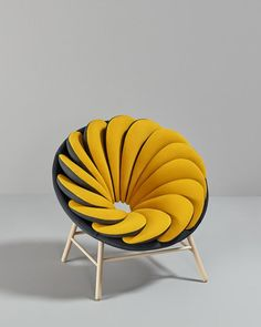"""""""Fauteuil Quetzal"""" par Marc Venot. Superposition de coussins (polyuréthane et polyester) qui forme un fauteuil réversible."""