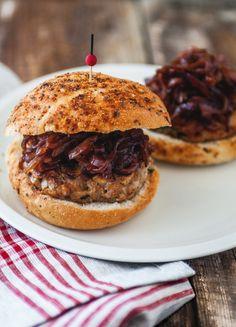 Burger de poulet, champignons & oignons rouges caramelisés