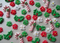christmas cookies fondant Weihnachtspltzchen Christmas assortment of candy canes, holly and flowers edible cake decorations - 17 Delicious Christmas Cookie Samples Edible Cake Decorations, Christmas Cake Decorations, Royal Icing Decorations, Dessert Decoration, Royal Icing Templates, Royal Icing Transfers, Royal Frosting, Royal Icing Cookies, Sugar Cookie Icing