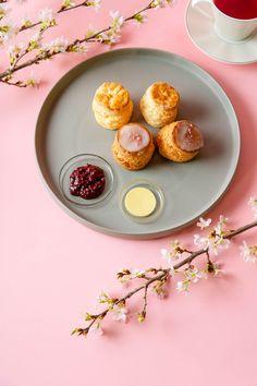 🌸桜のスコーン 塩漬けにした桜の葉を刻み、生地に混ぜ込むことで桜独特の香りを味と共に表現しています! 上にはレモンアイシング🍋と桜の花びらパウダー🌸を散らし、春らしいスコーン。アフタヌーンティでお召し上がりください。