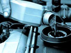 Mezclar los fluidos nuevos con los viejos hace que pierdan sus propiedades.  En el caso de los fluidos del carro, no basta con revisar y rellenar los niveles del líquido. Cuando vayas a cambiar el nivel del aceite, refrigerante o líquido de frenos, haz todo lo posible por drenar los tanques por completo y reemplazar el fluido por uno nuevo. De lo contrario, al mezclar los líquidos viejos con los nuevos, estos perderán sus propiedades protectoras.