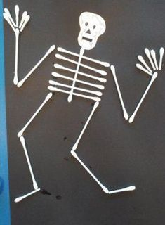 Skeleton craft with qtips Halloween Arts And Crafts, Halloween Crafts For Toddlers, Diy Halloween Decorations, Holidays Halloween, Halloween Diy, Diy For Kids, Skeleton Craft, Preschool Art Projects, Crafts With Pictures
