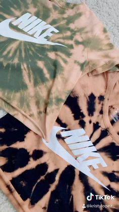 tie dying old shits tye dye shirts videos Diy Tie Dye Shirts, Bleach Shirts, Old Shirts, Diy Shirt, Diy Tank, Diy Sweatshirt, Bleach Tie Dye, Tye Dye, Bleach Pen